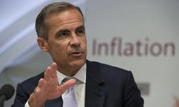 Le gouverneur de la Banque d'Angleterre (BoE), Mark Carney.  La BoE relèvera probablement ses taux d'intérêt au début de l'année prochaine, sur les talons de la Réserve fédérale, selon une enquête Reuters qui confirme les divergences de trajectoire entre le Royaume-Uni et la zone euro. /Photo pris ele 6 août 2015/REUTERS/Anthony Devlin/pool
