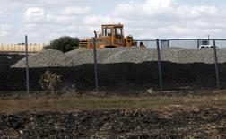 An excavator is seen at a construction site for Russia's new military base near the Russian-Ukrainian border in the village of Soloti, southeast of Belgorod, Russia, September 7, 2015. Picture taken September 7, 2015. Russia has started to build a huge military base housing ammunition depots and barracks for several thousand soldiers near the Ukrainian border, a project that suggests the Kremlin is digging in for a prolonged stand-off with Kiev. The base, when completed, will even have its own swimming pool, skating rink and barber shop, according to public documents.  REUTERS/Anton Zverev - RTSCL1
