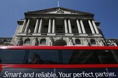 Un bus pasa frente al Banco de Inglaterra, en Londres, 13 de mayo de 2015. Los funcionarios del Banco de Inglaterra votaron por 8-1 mantener las tasas de interés en un mínimo histórico de 0,5 por ciento este mes y estimaron que era demasiado pronto para decidir si la agitación en los mercados provocada por China afectará demasiado al Reino Unido. REUTERS/Stefan Wermuth