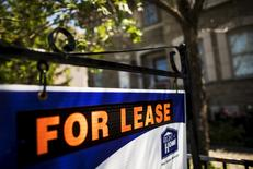 """A """"For Lease"""" sign stands in front of a home in Toronto, Canada, June 29, 2015. REUTERS/Mark Blinch"""