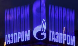 Логотип Газпрома на крыше здания в Санкт-Петербурге. 14 ноября 2013 года. Газпром продал на первом в своей истории экспортном аукционе более 1 миллиарда кубометров газа из предложенных 15 покупателям 3,2 миллиарда кубометров по цене, превышающей как цену долгосрочных контрактов, так и спотовых котировок в Европе, сообщила компания в четверг, не назвав цены сделок. REUTERS/Alexander Demianchuk