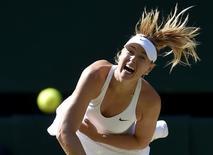 Maria Sharapova disputa jogo contra Serena Williams em Wimbledon.  9/7/2015.                                    REUTERS/Toby Melville