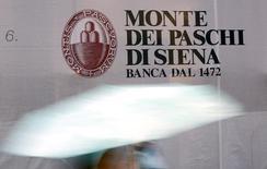 La banque italienne Monte dei Paschi di Siena, en quête depuis plusieurs mois d'un partenaire auquel elle pourrait s'adosser, ne devrait pas conclure une alliance avant l'an prochain, en partie à cause d'incertitudes persistantes sur les exigences de fonds propres de la Banque centrale européenne. /Photo prise le 5 novembre 2014/REUTERS/Giampiero Sposito