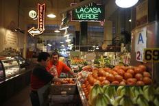 Un hombre repone vegetales en un mercado en Los Ángeles, California, 9 de marzo de 2015. La confianza del consumidor estadounidense alcanzó a comienzos de septiembre su nivel más bajo en un año y los precios al productor permanecieron estables en agosto, según datos publicados el viernes. REUTERS/Lucy Nicholson