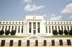 El edificio de la Reserva Federal estadounidense en Washington, sep 1, 2015. Una leve mayoría de analistas sigue pronosticando que la Reserva Federal de Estados Unidos realizará su primera alza en las tasas de interés en casi una década, a pesar de que los modelos basados en el mercado sugieren que las preocupaciones sobre la volatilidad de las bolsas globales y el crecimiento económico retrasarán un ajuste en la política monetaria. REUTERS/Kevin Lamarque