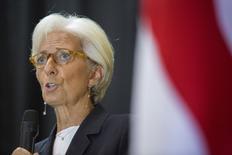 """La directrice générale du Fonds monétaire international (FMI) a jugé dimanche la France """"sur la bonne voie"""", dans une interview diffusée par France 2, mais elle a engagé le gouvernement actuel à poursuivre les réformes. Christine Lagarde prédit une croissance économique française supérieure à 1%, conformément aux prévisions du FMI en mai pour 2015, mais inférieure à 2%. /Photo prise le 11 septembre 2015/REUTERS/FMI/Stephen Jaffe/Handout via Reuters"""