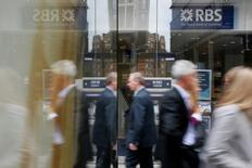 Royal Bank of Scotland a mandaté Bank of America Merrill Lynch pour préparer la scission et l'entrée en Bourse de son réseau d'agences Williams & Glyn au deuxième semestre de 2016. Selon leSunday Telegraph, RBS espère une valorisation de 1,5 milliard de livres sterling (2,0 milliards d'euros) pour son ex-filiale à l'occasion de sa mise en Bourse. /Photo d'archives/REUTERS/Stefan Wermuth