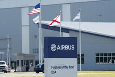 Airbus inaugure lundi sa première usine d'assemblage aux Etats-Unis, sur les terres de son grand rival Boeing. Le site de Mobile, dans l'Alabama, qui représente un investissement de 600 millions de dollars (530 millions d'euros), est prévu pour employer, à pleine capacité, un millier d'ouvriers d'ici 2018 et assemblera d'ici la fin 2017 quatre avions A320 par mois. /Photo prise le 13 septembre 2015/REUTERS/Michael Spooneybarger