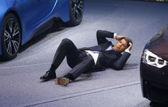 Le nouveau président du directoire de BMW, Harald Krüger, s'est évanoui en pleine conférence de presse mardi au Salon automobile de Francfort. /Photo prise le 15 septembre 2015/REUTERS/Kai Pfaffenbach