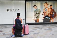 Le groupe de luxe italien Prada affiche une baisse de 23% de son bénéfice net semestriel, conséquence du ralentissement de ses activités dans la région Asie-Pacifique. Son résultat net est revenu à 188,6 millions d'euros sur les six mois au 31 juillet, contre 244,8 millions sur la période correspondante l'an dernier.  /Photo prise le 25 août 2015/REUTERS/Thomas Peter