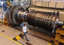 General Electric annonce le transfert de 500 postes de ses activités de production de turbines électriques des Etats-Unis vers l'Europe et la Chine, dont 400 à Belfort. Le groupe industriel américain explique cette décision par le fait qu'il n'a plus accès aux financements de l'Export-Import Bank américaine tandis que la Coface, l'agence française de financement à l'export, a accepté d'apporter son soutien à certains projets du groupe via une nouvelle ligne de crédit en échange du transfert d'activités sur le site de Belfort. /Photo prise le 24 juin 2014/REUTERS/Vincent Kessler