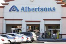 La chaîne de supermarchés américaine Albertsons Companies compte toujours s'introduire en Bourse fin septembre ou début octobre, opération qui pourrait la valoriser jusqu'à 24 milliards de dollars (21,3 milliards d'euros), passif inclus. /Photo d'archives/REUTERS/Fred Prouser