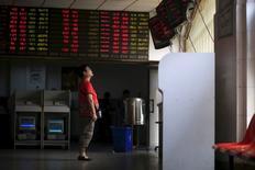 Les Bourses chinoises ont terminé mercredi en forte hausse. L'indice CSI300 des principales valeurs cotées à Shanghai et Shenzhen a soudainement bondi à moins d'une heure de la fin de la séance, pour terminer sur un gain de 5,0% à 3.309,25 points; l'indice composite de Shanghai a suivi la même tendance pour afficher une hausse de 4,9% à 3.152,26 points. /Photo prise le 1er septembre 2015/REUTERS/Aly Song