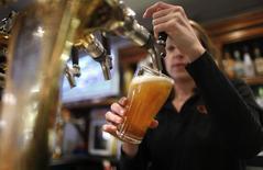 Anheuser-Busch InBev, le premier brasseur mondial, a annoncé mercredi son intention de racheter son concurrent SABMiller, pour former un géant qui produirait environ un tiers de la bière consommée dans le monde entier et afficherait une capitalisation boursière supérieure à 200 milliards d'euros. /Photo d'archives/REUTERS/Tim Wimborne