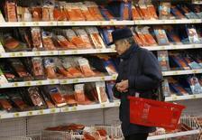 Покупатель в рыбном отделе Ашана в Москве 15 января 2015 года. Министерство финансов оценивает инфляцию в сентябре на уровне 0,6 процента и ждет, что по итогам года рост потребительских цен превысит прошлогодний и составит чуть более 12,0 процентов, сказал в четверг замминистра Максим Орешкин. REUTERS/Maxim Zmeyev