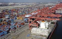 Vista aérea de grúas y contenedores en los puertos de Los Ángeles y Long Beach, California, 6 de febrero de 2015. El déficit de cuenta corriente de Estados Unidos se redujo más de lo previsto en el segundo trimestre en la medida en que el comercio y las inversiones desde el exterior aumentaron, pese a la fortaleza del dólar. REUTERS/Bob Riha Jr