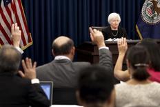 Глава ФРС Джанет Йеллен на пресс-конференции в Вашингтоне 17 сентября 2015 года. Федеральная резервная система США сохранила ключевую ставку на уровне 0,00-0,25 процента годовых, сославшись на беспокойство по поводу слабости мировой экономики, но все еще может повысить стоимость заемных средств позднее в текущем году. REUTERS/Jonathan Ernst