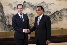 Le Premier ministre chinois, Li Keqiang  (à droite), et le ministre des Finances britannique, George Osborne. La Chine et le Royaume-Uni ont annoncé lundi une série d'initiatives allant d'un accord sur les swaps de devises à une étude de faisabilité sur un lien entre les marchés boursiers de Londres et Shanghai, sans oublier la promesse d'investissements chinois dans les centrales nucléaires britanniques. /Photo prise le 21 septembre 2015/REUTERS/Lintao Zhang/Pool