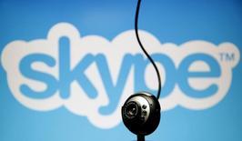 Una cámara web vista frente al logo de Skype, en esta ilustración fotográfica tomada en Zenica, 26 de mayo de 2015. Skype, el servicio de telefonía y video a través de Internet de Microsoft <MSFT.O>, dijo el lunes que algunos de sus usuarios tenían dificultades para realizar llamadas debido a que sus ajustes los muestran a ellos y a sus contactos como si no estuvieran conectados, cuando sí lo están. REUTERS/Dado Ruvic