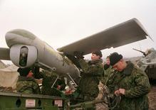 Российские военные готовят к старту беспилотник в Дагестане. 28 декабря 1999 года. Россия начала разведывательные полеты беспилотников над территорией Сирии, что может стать первой операцией российских военных, резко нарастивших присутствие в ближневосточной стране, сообщили два американских чиновника в понедельник. REUTERS/Reuters Photographer CVI - RTR153D5