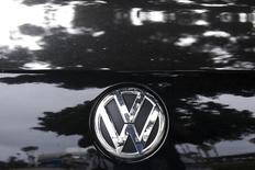 El logo de Volkswagen, en una foto tomada el 21 de septembre 2015. Van a rodar cabezas en Volkswagen una vez se esclarezca quién es responsable de la falsificación de las pruebas de emisiones de carburante diesel en vehículos comercializados en Estados Unidos, dijo un político alemán y un miembro de la junta supervisora de la empresa de automóviles. /REUTERS/Lucy Nicholson