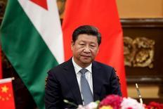 El presidente de China, Xi Jinping, durante una ceremonia con el Rey de Jordania, Abdalá II, en Pekín, China, 9 de septiembre de 2015. La economía de China se enfrenta a presiones a la baja, pero sigue operando dentro de un rango adecuado, dijo el presidente chino, Xi Jinping, en una entrevista con el Wall Street Journal publicada el martes. REUTERS/Lintao Zhang/Pool