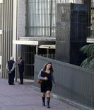 Una mujer camina frente a la sede del Banco Central de Uruguay, en el distrito financiero de Montevideo,  20 de agosto de 2014. La moneda uruguaya seguirá depreciándose frente al dólar en la medida en que la economía estadounidense muestre señales de recuperación, por lo que el banco central seguirá interviniendo para que el proceso sea paulatino y sin bruscas oscilaciones, dijo el presidente de la institución, Mario Bergara. REUTERS/Andres Stapff