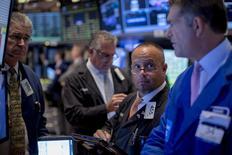 La Bourse de New York a terminé mardi en net repli, affectée par la rechute des cours des matières premières liée aux inquiétudes au sujet de la Chine et aux incertitudes sur le calendrier de relèvement des taux de la Réserve fédérale américaine. Le Dow Jones a reculé de 1,09%, à 16.329,80 points. /Photo prise le 22 septembre 2015/REUTERS/Brendan McDermid