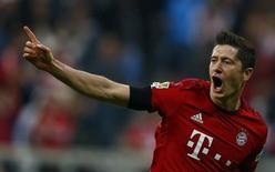 Robert Lewandowski comemora gol contra o Wolfsburg em Munique.  22/9/2015.    REUTERS/Michael Dalder