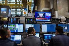 Трейдеры на торгах Нью-Йоркской фондовой биржи 17 сентября 2015 года. Фондовые рынки США снизились в среду из-за акций сырьевых и нефтяных компаний. REUTERS/Lucas Jackson