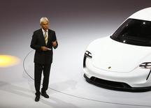 Matthias Müller, président du directoire de Porsche et ancien chef de produits chez VW et Audi, devrait être désigné vendredi président du directoire du groupe Volkswagen en remplacement de Martin Winterkorn, démissionnaire. /Photo prise le 14 septembre 2015/REUTERS/Kai Pfaffenbach
