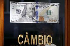 Пункт обмена валюты в Рио-де-Жанейро. 24 сентября 2015 года. Курс доллара растет, так как председатель ФРС Джанет Йеллен сообщила о возможности повышения процентных ставок в этом году. REUTERS/Sergio Moraes