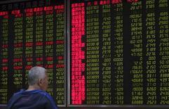 Un inversor mira un tablero electrónico que muestra la información de las acciones en una correduría en Pekín, China, 25 de septiembre de 2015. Las acciones chinas cayeron el viernes, encabezadas por unas fuertes ventas en los valores de baja capitalización, y los principales índices del país terminaron la semana estables de cara a una reducción en el volumen de negociación. REUTERS/China Daily