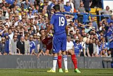 Diego Costa durante confusão com Laurent Koscielny em partida da Liga Inglesa.  19/09/2015  Action Images via Reuters / John Sibley Livepic