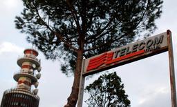 Telecom Italia veut conclure d'ici la fin de l'année un accord sur la vente ou la fusion de sa filiale d'antennes Inwit, selon deux sources proches du dossier. /Photo d'archives/REUTERS/Alessandro Bianchi