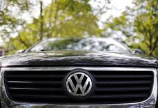 Selon deux journaux allemands, des salariés et des fournisseurs de Volkswagen avaient averti le groupe il y a plusieurs années de l'existence du logiciel permettant de fausser les résultats des tests d'émissions polluantes. /Photo prise le 24 septembre 2015/REUTERS/Jim Young