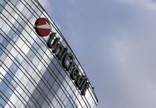 UniCredit a conclu la vente d'un portefeuille de créances douteuses de 1,2 milliard d'euros au fonds de capital-investissement AnaCap Financial Partners. C'est la quatrième cession d'actifs de la première banque italienne cette année.  /Photo d'archives/REUTERS/Stefano Rellandini