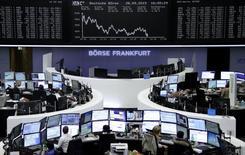 Operadores trabajando en la Bolsa de Fráncfort, Alemania, 28 de septiembre de 2015. Las acciones europeas cayeron con fuerza el lunes, lideradas por la minera y operadora de materias primas Glencore y la automotriz alemana Volkswagen, sufriendo pérdidas que borraron los avances de la sesión previa. REUTERS/Staff/remote