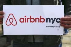 Сторонники Airbnb на акции в поддержку сервиса в Нью-Йорке 20 января 2015 года.  Онлайн-сервис аренды жилья Airbnb может удвоить число бронирований по итогам 2015 года, полагают инвесторы, знакомые с динамикой развития компании. REUTERS/Shannon Stapleton