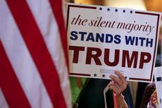 """Женщина с плакатом в поддержку одного из кандидатов в президента США от Республиканской партии Дональда Трампа в Нью-Йорке 28 сентября 2015 года.  Самый популярный на данный момент кандидат в президенты США от Республиканской партии бизнесмен Дональд Трамп поддерживает усилия, предпринимаемые Россией и Ираном в борьбе в боевиками """"Исламского государства"""" на Ближнем Востоке, включая Сирию. REUTERS/Shannon Stapleton"""