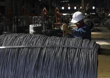 Un trabajador revisa un alambrón de acero en la planta de TIM en Huamantla, México, oct 11 2013. México anunció el martes nuevos aranceles por seis meses para proteger a su industria siderúrgica, una medida adicional a las ya tomadas sobre las importaciones a bajo precio provenientes de varios países, entre ellos China. REUTERS/Tomas Bravo