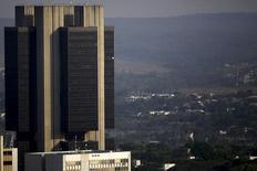 El edificio del Banco Central brasileño, en Brasilia, 23 de septiembre de 2015.  El Gobierno central de Brasil reportó un déficit fiscal primario de agosto de 5.081 millones de reales (1.250 millones de dólares), el cuarto mes consecutivo en que los ingresos no alcanzan a cubrir los gastos, según cifras del Tesoro publicadas el martes. REUTERS/Ueslei Marcelino