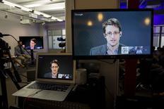 Edward Snowden, l'ancien agent des services renseignement américains à l'origine de révélations fracassantes sur leurs méthodes, a ouvert mardi un compte sur Twitter auquel 171.000 utilisateurs se sont abonnés en une heure. En fin de journée, son compte totalisait 740.000 abonnés. /Photo prise le 24 septembre 2015/REUTERS/Andrew Kelly