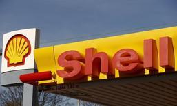 Логотип Shell на заправке компании в Цюрихе 8 апреля 2015 года. Англо-голландская Royal Dutch Shell ведет переговоры с Газпромом об участии в разработке Южно-Киринского шельфового месторождения на Сахалине, сообщил глава Shell в РФ Оливье Лазар. REUTERS/Arnd Wiegmann