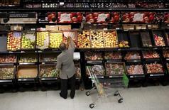 Les prix à la consommation dans la zone euro ont baissé de 0,1% sur un an en septembre, l'inflation passant en territoire négatif pour la première fois en six mois, selon la première estimation d'Eurostat. /Photo d'archives/REUTERS/Suzanne Plunkett