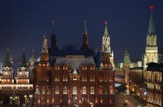 Вид на Государственный исторический музей и башни Кремля. Москва, 29 апреля 2015 года. Всемирный банк ухудшил макроэкономический прогноз для России, ожидая сокращения ее экономики на 3,8 процента в 2015 году и на 0,6 процента - в 2016 году. REUTERS/Maxim Shemetov