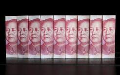 Imagen de billetes de 100 yuanes tomada en Pekín el 11 de julio de 2013. China continuará registrando un superávit en la cuenta corriente del país, pero reportará déficits en su cuenta financiera y de capital en la segunda mitad del 2015, dijo el miércoles el regulador de divisas del país. REUTERS/Jason Lee/Files