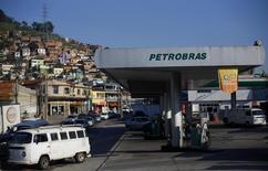 Una gasolinera de Petrobras en Río de Janeiro, 12 de enero de 2015. La petrolera estatal brasileña Petrobras dijo el martes que elevará el precio de la gasolina en un 6 por ciento y del diésel en un 4 por ciento en las refinerías de Brasil. REUTERS/Ricardo Moraes