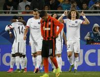 David Luiz comemora gol do Paris St Germain sobre o Shakhtar Donetsk.  30/9/2015.  REUTERS/Gleb Garanich