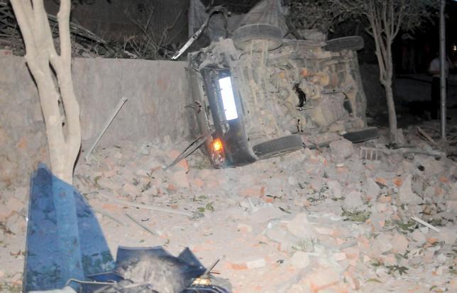9月30日、中国南西部の広西チワン族自治区柳州で30日、小包爆弾が相次いで爆発し、少なくとも7人が死亡、51人が負傷した。写真は横転した自動車、柳州で撮影(2015年 ロイター)